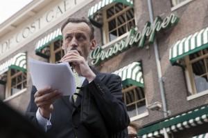 Floris Tilanus leest zijn inleiding bij de daklijst met de beroemde woorden: De Cost Gaet voor de Baet Uyt.foto Govert Driessen