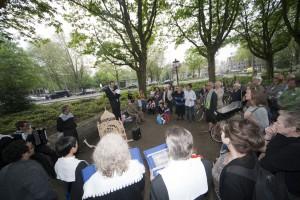 Laatste stop voor het aanbieden aan Klaas Knot, aan de voet van de bank (foto Govert Driessen)