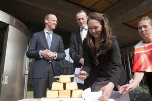 Klaas Knot krijgt goudencake voor de verjaardag van zijn Nederlandsche Bank (foto Govert Driessen)